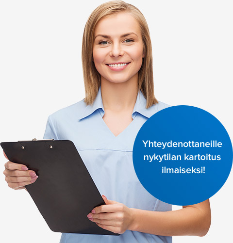 Hymyilevä hoitaja ja tarjous ilmaisesta nykytila kartoituksesta